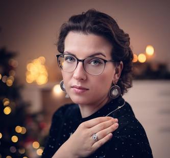 Ein Weihnachts-Porträt von mir. Mit passenden Upcycling Ohrringen.