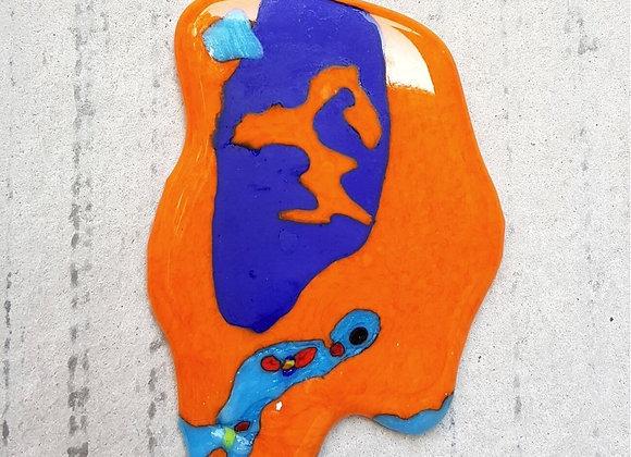 Pingente inspirado na arte surrealista de Joan Miró. Criação da designer Désirée Sessegolo.