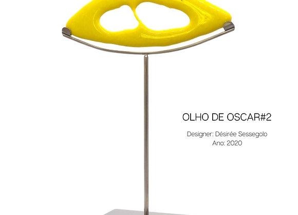 Olho de Oscar, escultura em vidro amarelo e aço da designer Désirée Sessegolo