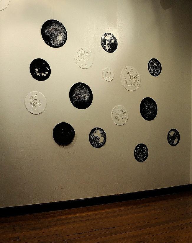 Instalação composta por mandalas em vidro, exposta na Casa João Turin - Curitiba