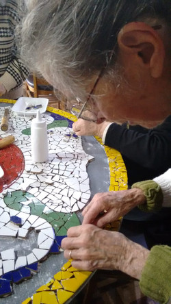 Oficinas de Mosaico para crianças e idosos