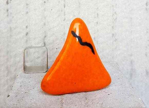 Anel com vidro triangular laranja e preto da Coleção Miró
