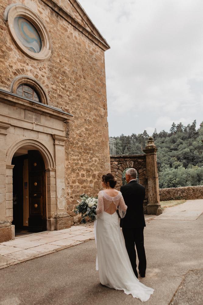 photographe mariage bohème Ardèche Rhône Alpes mariée papa entrée Eglise