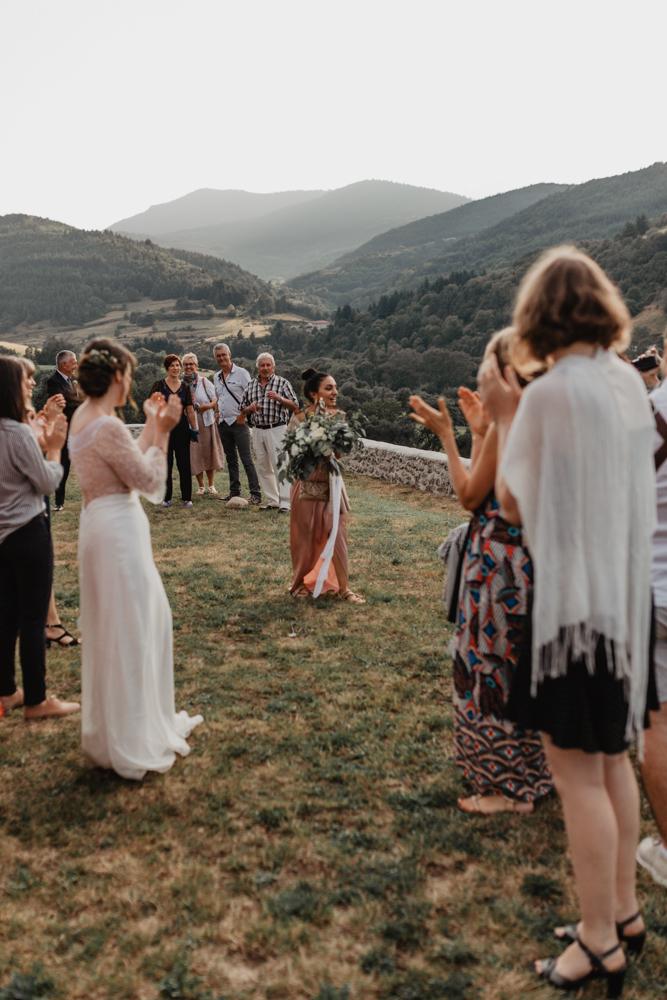 photographe mariage bohème Ardèche Rhône Alpes lancé bouquet mariée