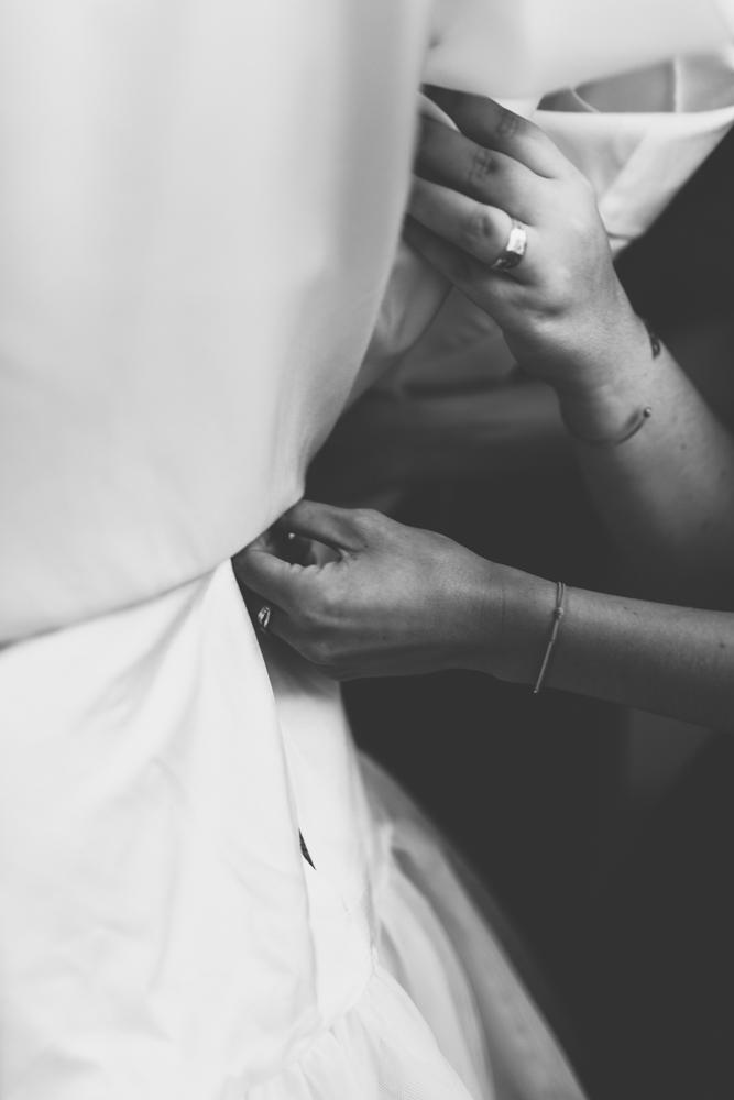 habillage robe de mariée courte boutonnage
