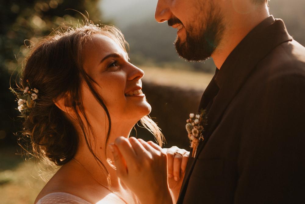 photographe mariage bohème Ardèche Rhône Alpes lancé séance couple mariés goldenhour