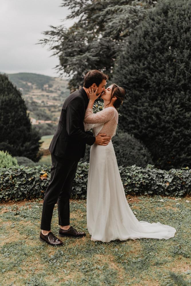 photographe mariage bohème Ardèche Rhône Alpes premier regard baisé mariés
