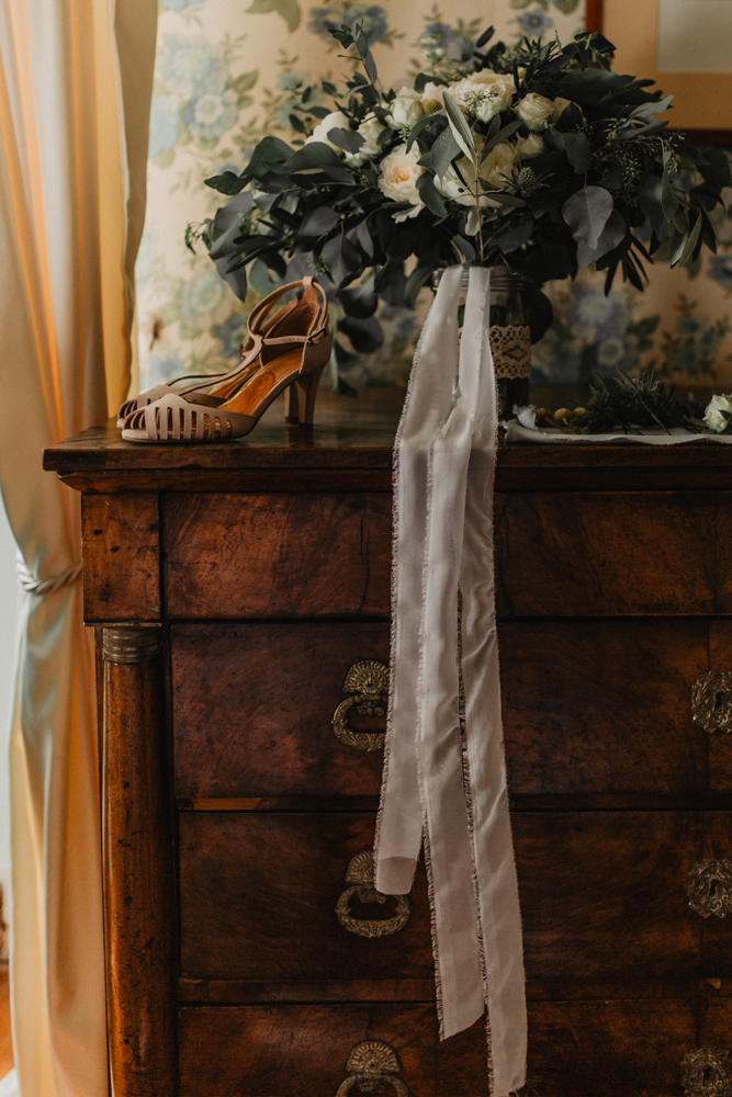photographe mariage bohème Ardèche Rhône Alpes préparatifs chaussures voile bouquet