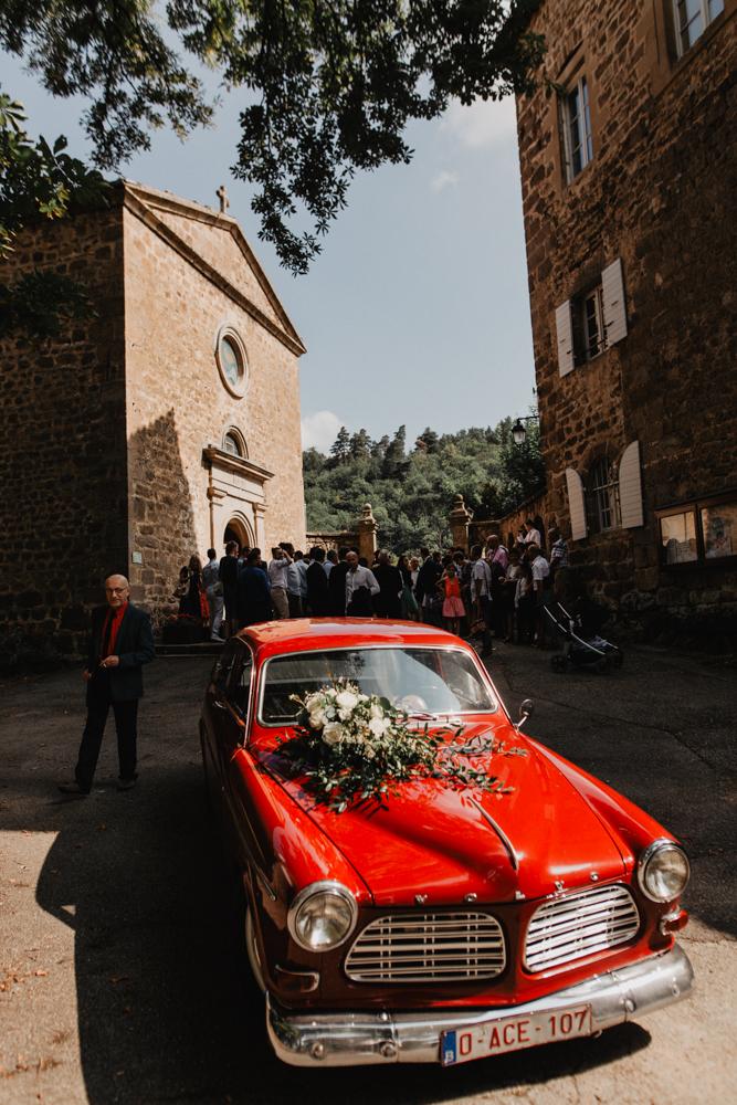 photographe mariage bohème Ardèche Rhône Alpes sortie Eglise vieille voiture