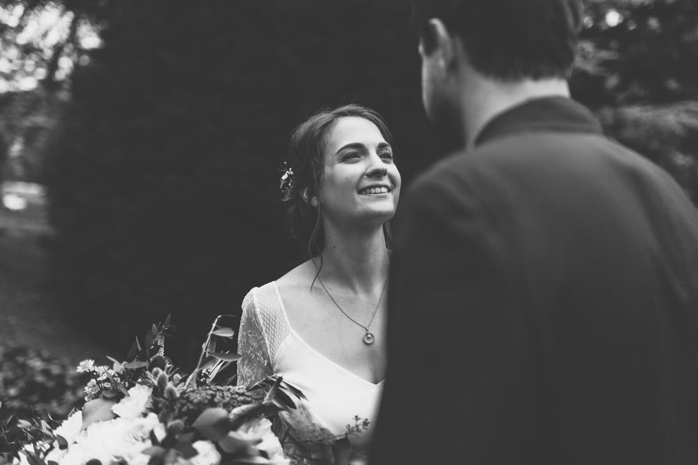 photographe mariage bohème Ardèche Rhône Alpes premier regard bouquet mariés
