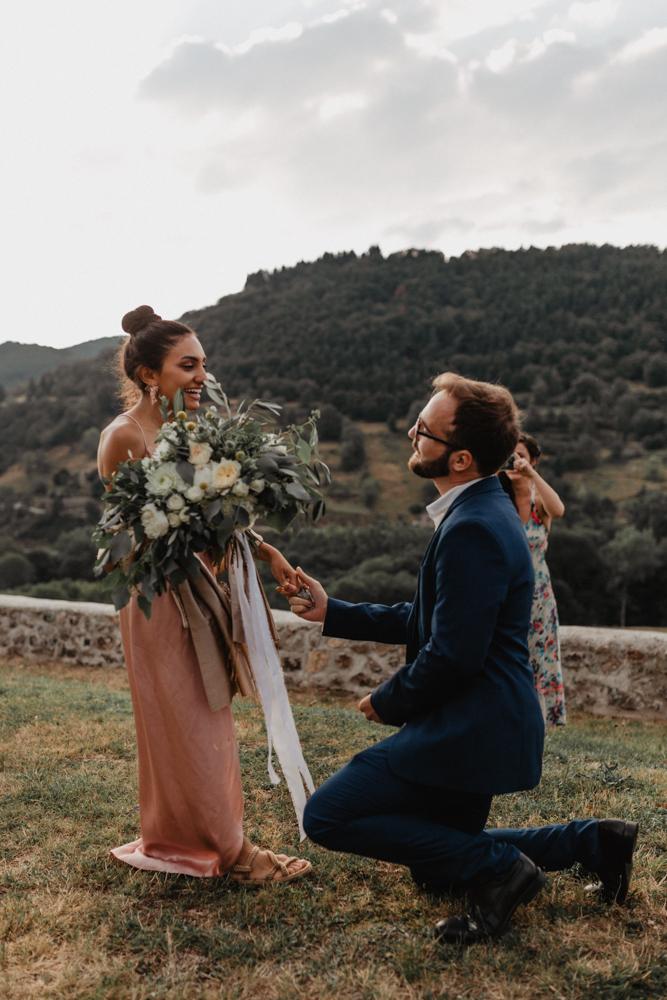 photographe mariage bohème Ardèche Rhône Alpes lancé bouquet mariée demande en mariage proposal