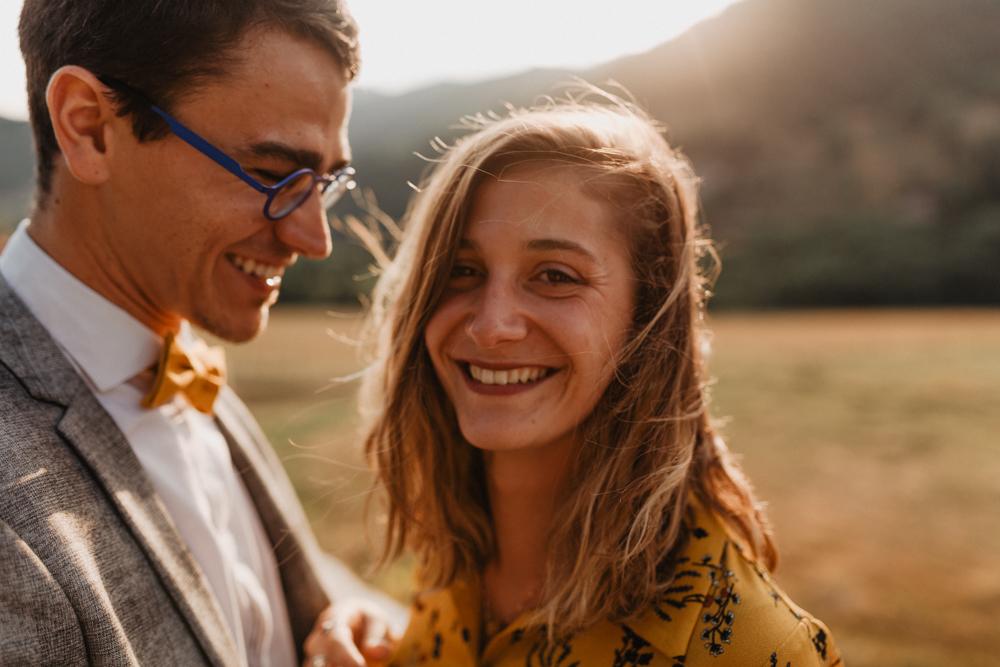 photographe mariage bohème Ardèche Rhône Alpes lancé séance couple invités goldenhour