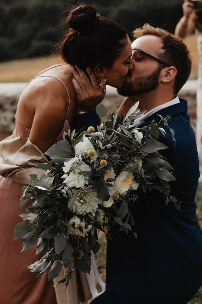 photographe mariage bohème Ardèche Rhône Alpes lancé bouquet mariée demande mariage proposal