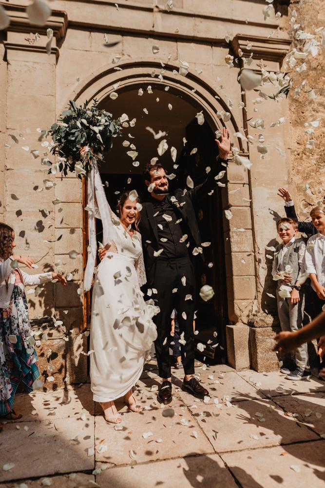 photographe mariage bohème Ardèche Rhône Alpes sortie église lancer pétales