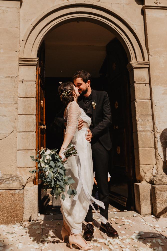 photographe mariage bohème Ardèche Rhône Alpes sortie Eglise baisé mariés