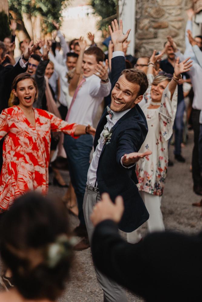 photographe mariage bohème Ardèche Rhône Alpes dans invités fun