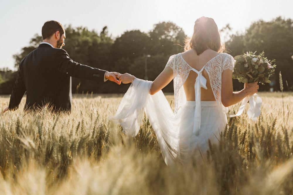 Photographe mariage bohème Nord Ardèche séance couple goldenhour champs blés