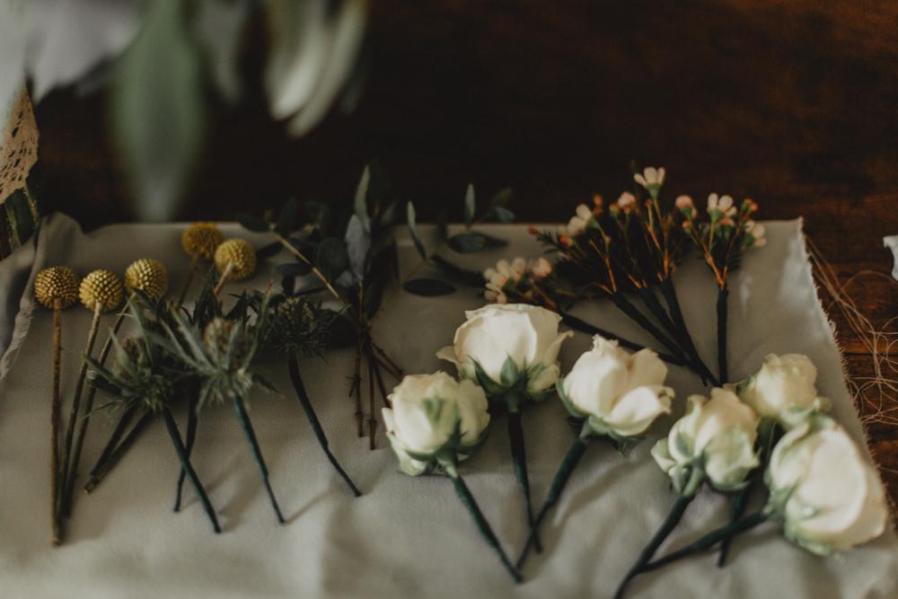 photographe mariage bohème Ardèche Rhône Alpes décoration fleurs boutonnière
