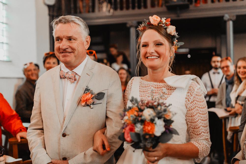 mariage boho mariée papa couronne de fleurs cérémonie laïque