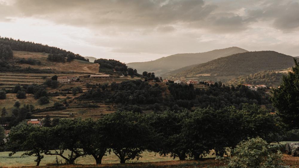 photographe mariage bohème Ardèche Rhône Alpes lancé séance couple mariés goldenhour paysage