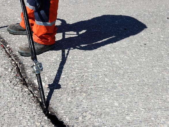 Sealing joint - crack in asphalt.jpg
