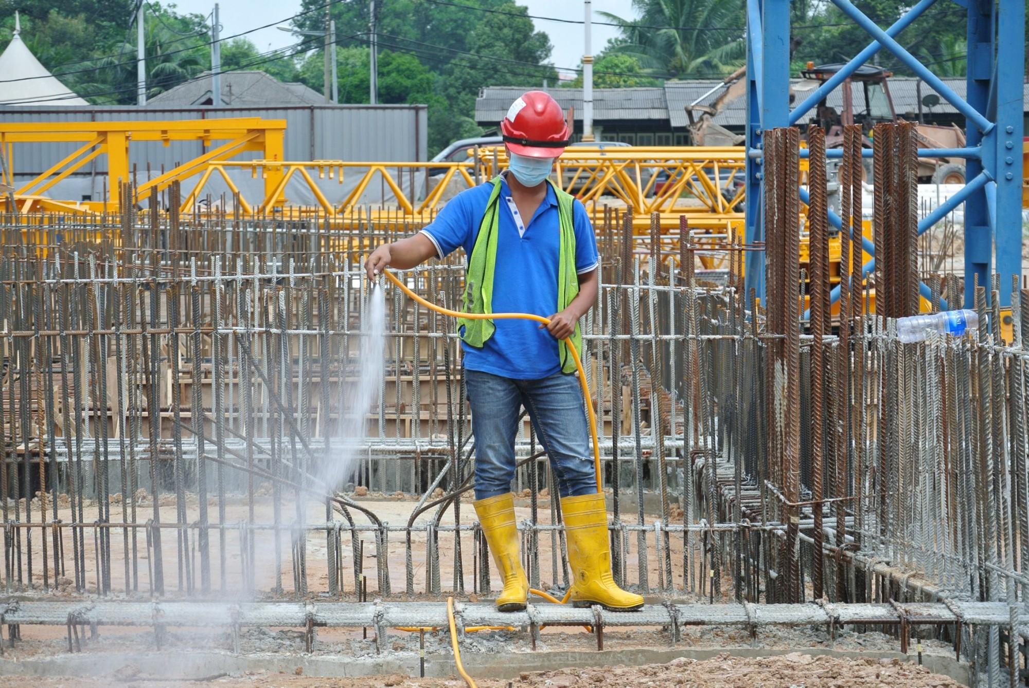 Spraying-the-anti-termite-chemical-treatment-NJ-e1453237971226