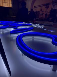 Insegna luminosa con illuminazione indiretta a LED e strip neon  sul fronte