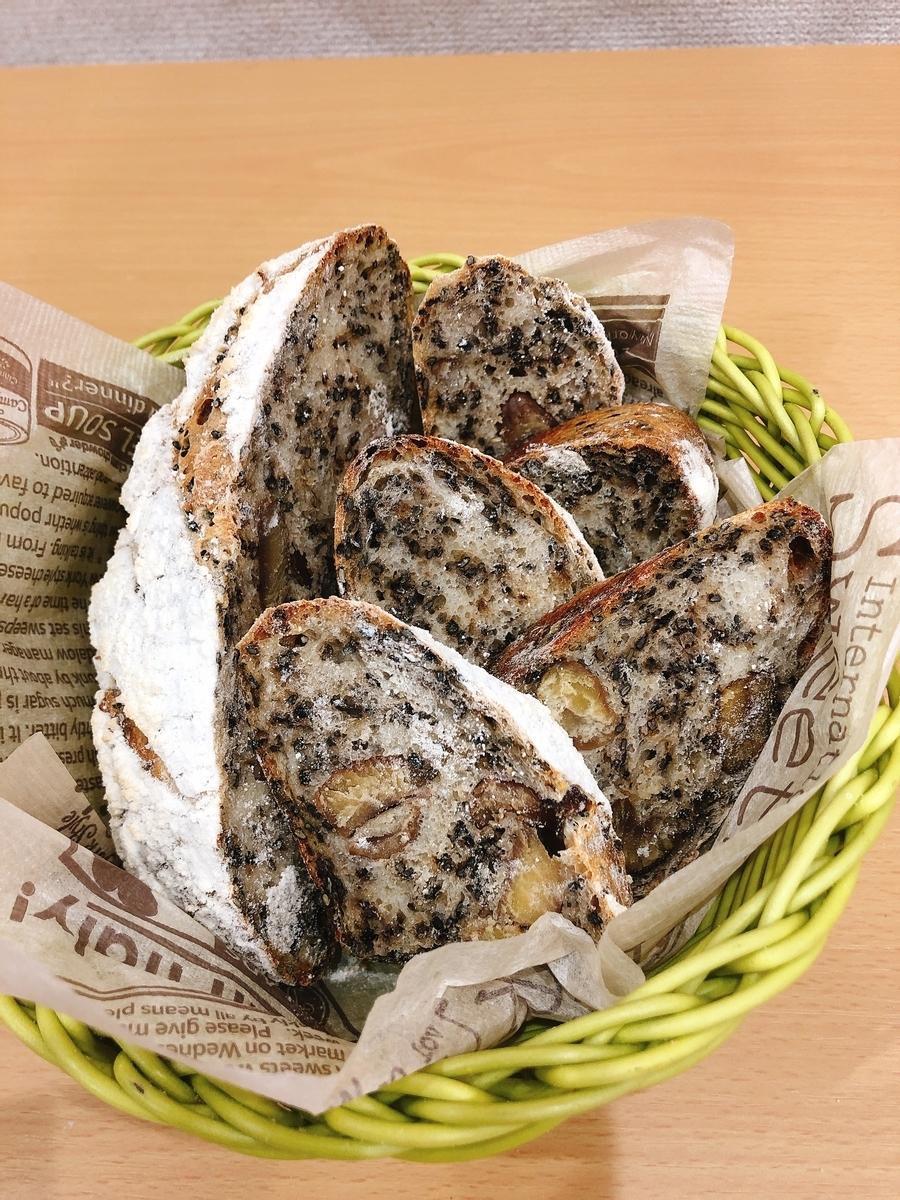 甘栗と胡麻のパン(酒粕玄米酵母)