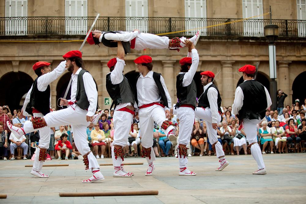 Баскский народный танец с саблями