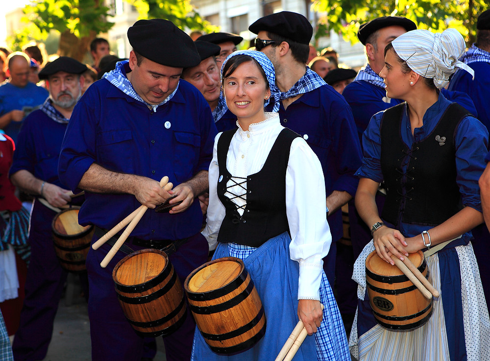 Баски в народных костюмах