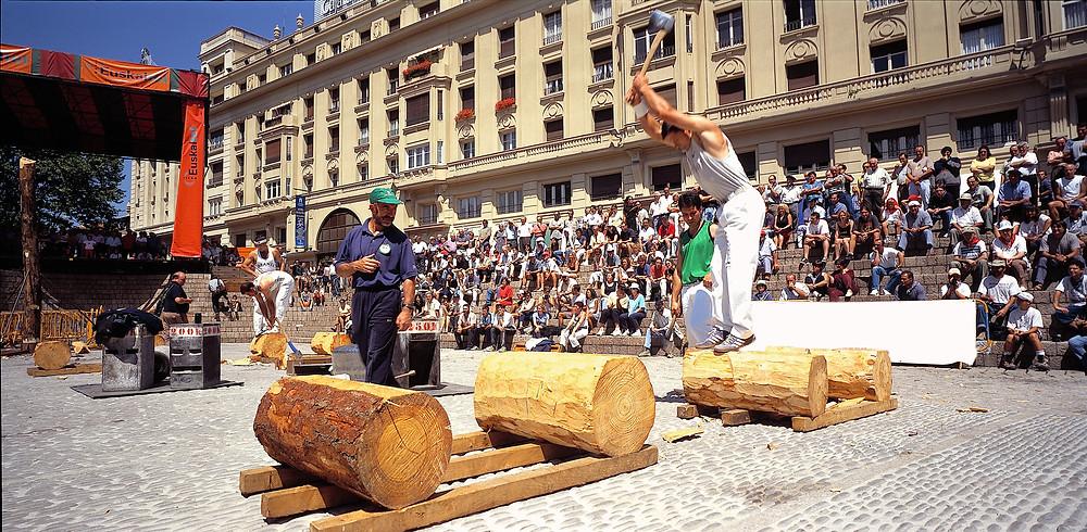Баскский вид спорта: соревнование по рубке брёвен
