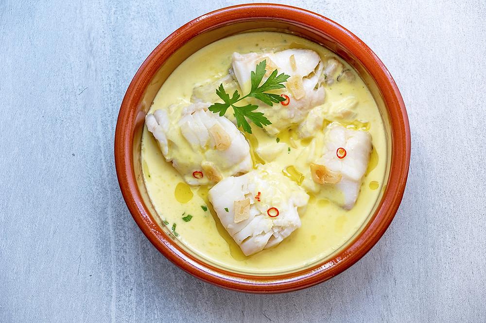 Блюдо баскской кухни треска в соусе пиль-пиль
