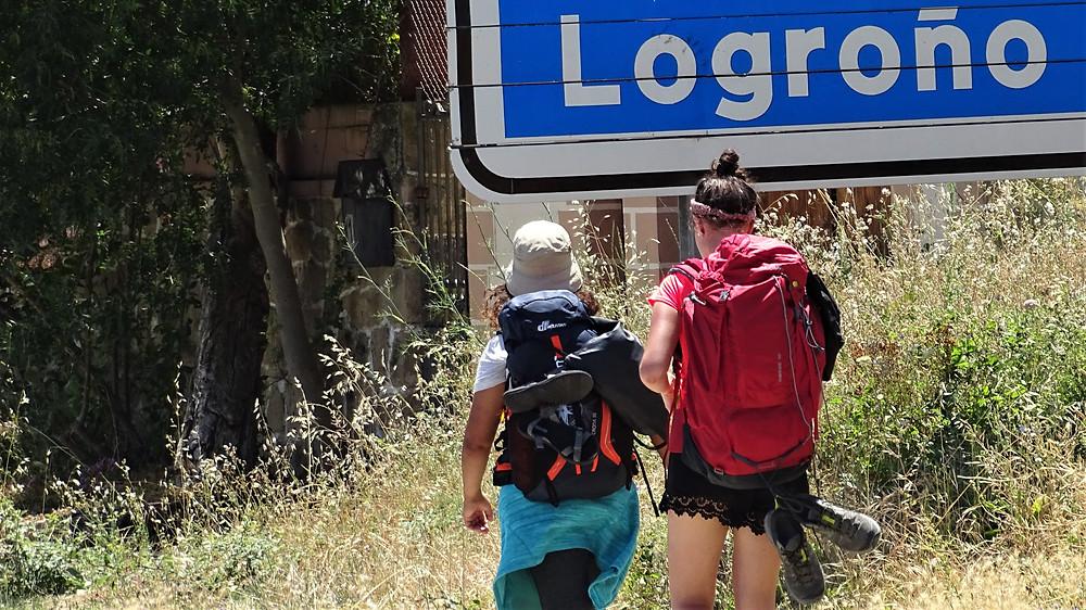Паломницы, идущие по Пути Святого Иакова (Пуэнте-ла-Рейна, Наварра)