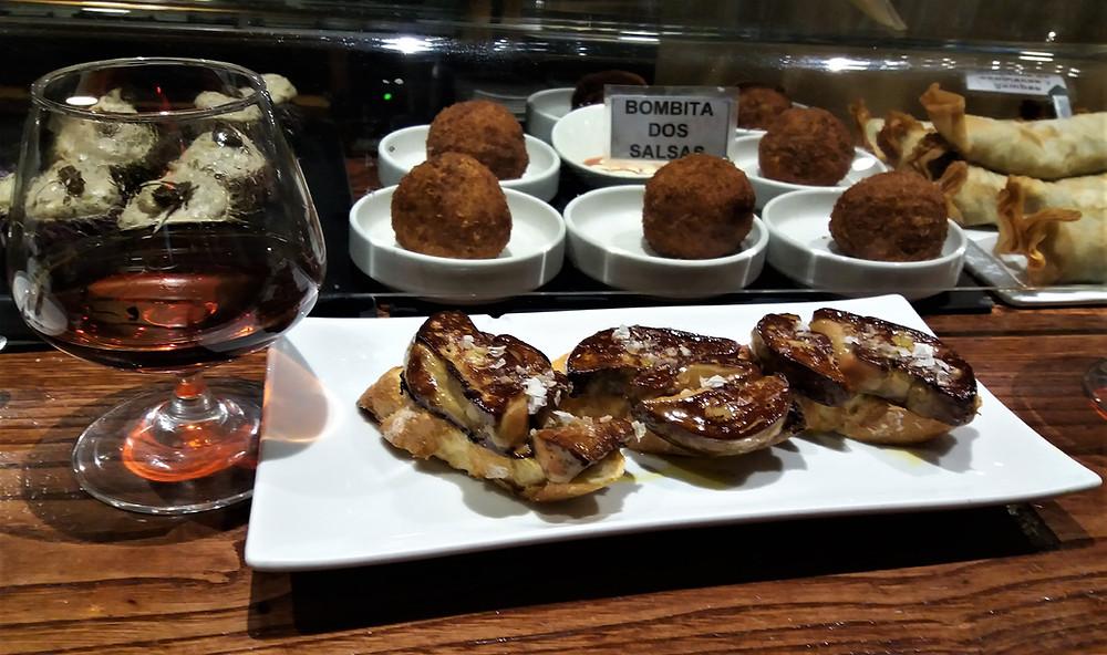 Кухня Наварры: закуски пинчо с фуагра в баре Gaucho в Памплоне