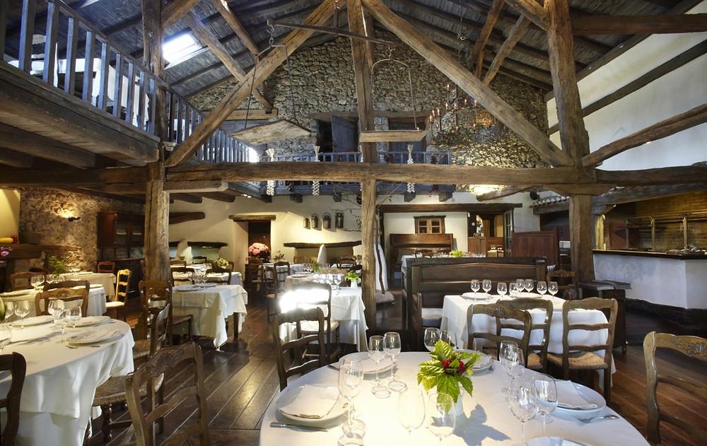 """Интерьер ресторана """"Baserri Maitea"""", расположенного в традиционном баскском доме XVII века."""