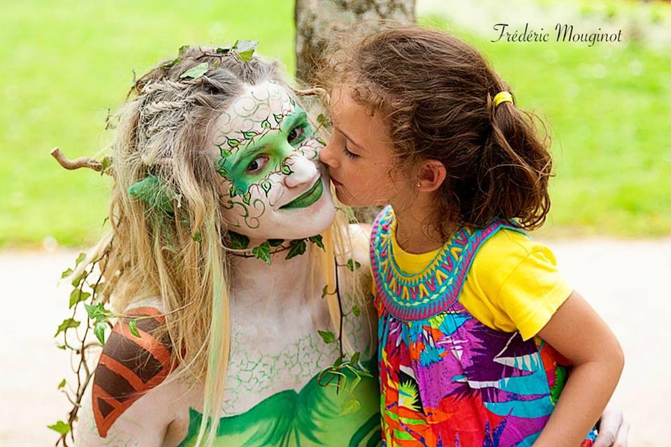 câlin d'enfant , une jeune femme maquillée et une enfant