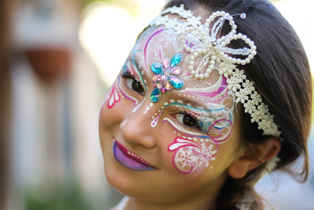 face painting maquillage enfant heureux princesse paillettes maquillage