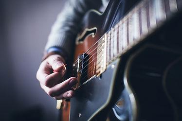 איש מנגן בגיטרה נפח חשמלית - שיעורי גיטרה בקדימה - הסטודיו למוזיקה של יוסי גיל