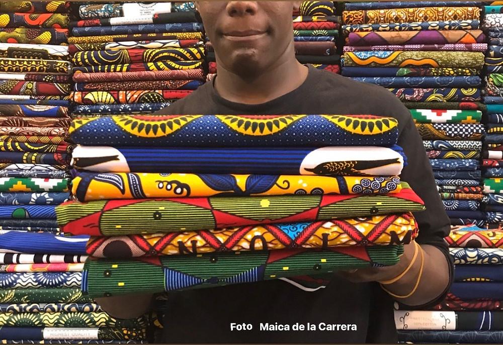 Comerciante de Bamako con las telas de la Colección WAX de Maica de la Carrera