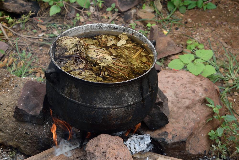 Marmita donde se hierve el N'Galama, tinte natural y terapeútico muy rico en taninos