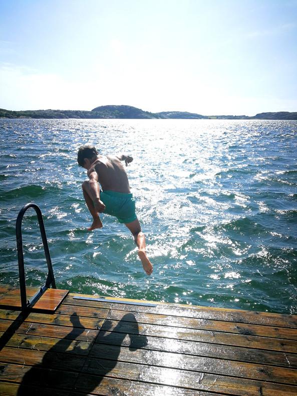 Kid jumping into the sea, Badberget, Fjä
