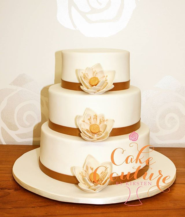 Gold Lotus _#weddingcake #magneticisland #sugarflowers #lotus #gold