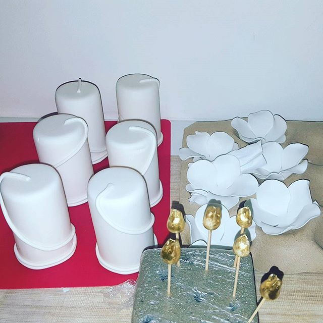 A little something in the works for my Saturday night 😊_#displaycakes #minicakes #whiteandgoldcakes