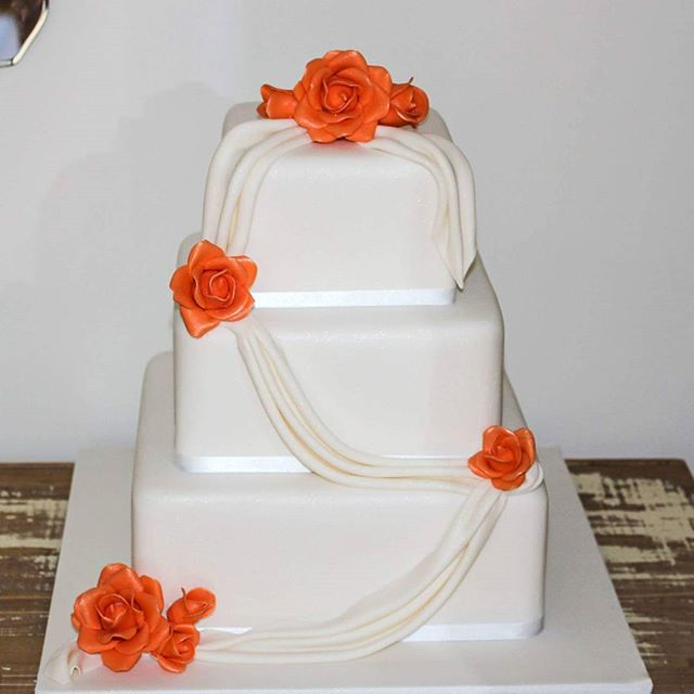 'Classical Drapes'_#fondantdrapes #orangeroses #sugarflowers #whiteelegance