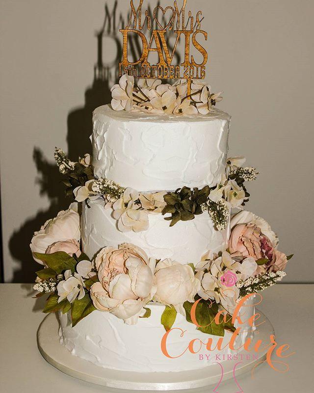 Rustic meets Elegant_#weddingcake #rusticcakes #sugarflowers #royalicing #townsvilleweddings