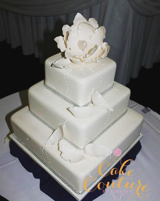 White Bling_#weddingcake #blingcakes #fantasyflower #sugarflowers #squarecakes