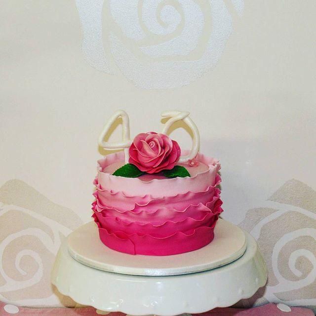 Pink Ruffle _#rufflecake #sugarflowers #40thbirthday #minicakes