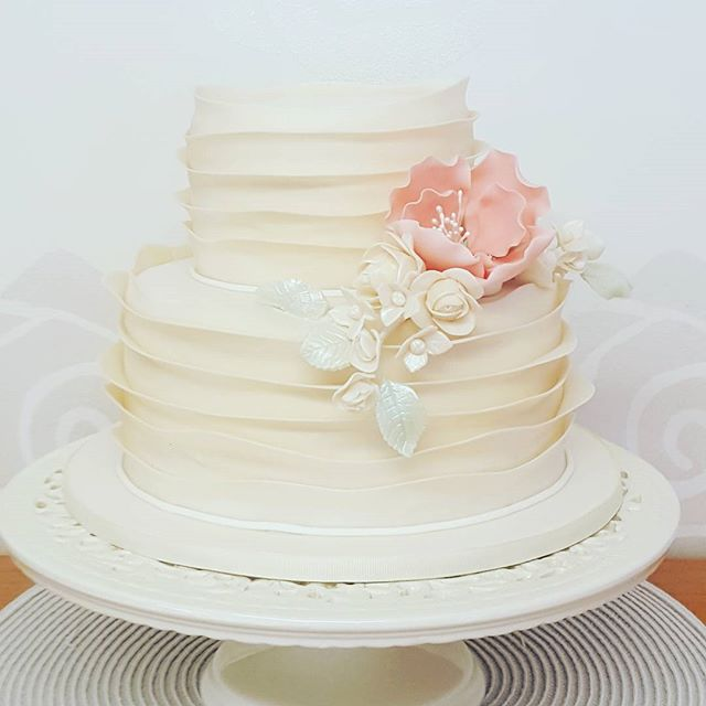 Wavy Ruffles_#weddingcake #rufflecake #ivorycake #sugarflowers #pretty