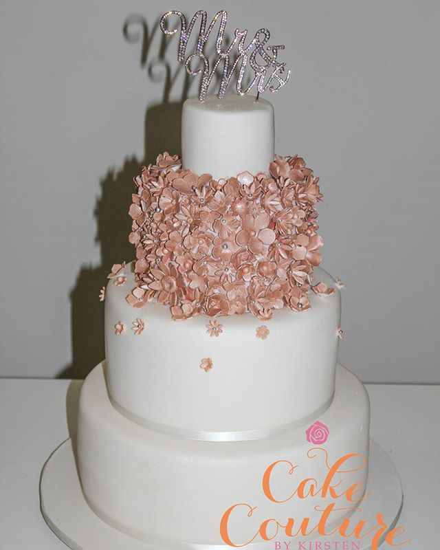 Sparkling Rose Gold_#newyearseveweddingcake #happynewyear #rosegold #sugarflowers #mrandmrs #caketop