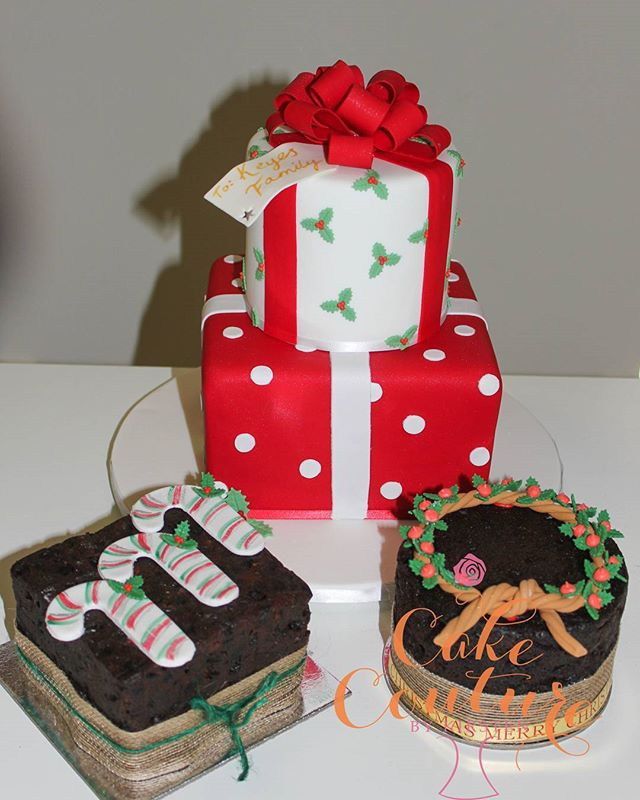 Merry Christmas from #cakecouturebykirsten _#christmascakes #fruitcake #presentcake #fondantbows